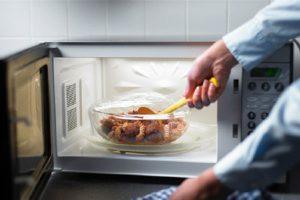 چه ظروفی را نباید در مایکروفر قرار داد؟